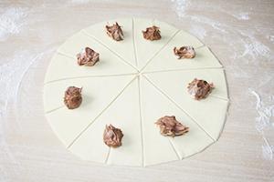 ties jos įpjovimo riba dedame šaukštelį šokoladinio kremo